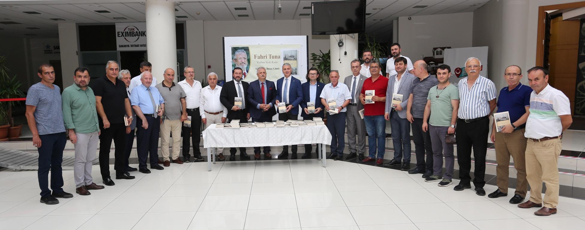 Sakaryalı Yazar Fahri Tuna kitabını imzaladı