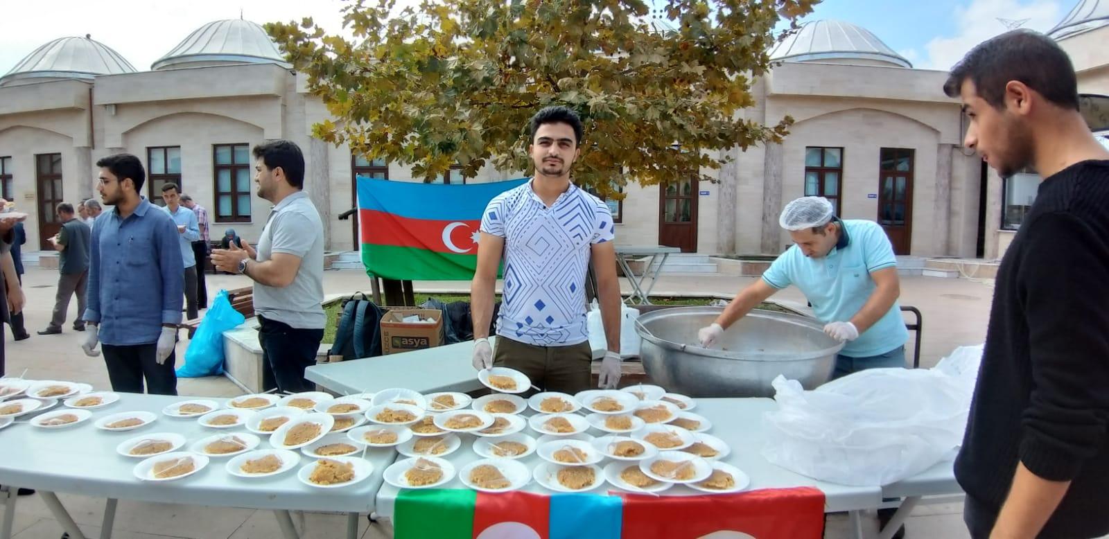 Azeri Şehitler İçin Helva Dağıttılar