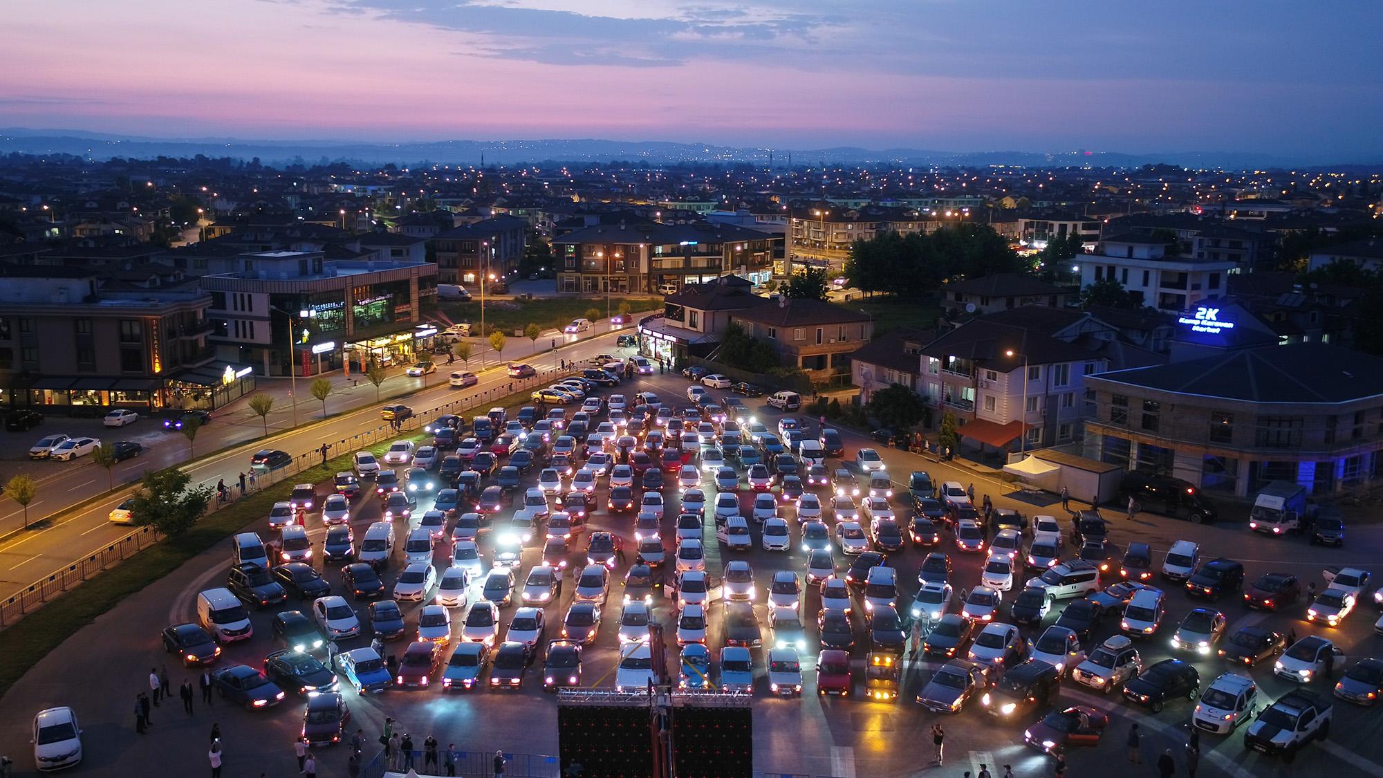 Arabalı sinema Serdivan'daydı