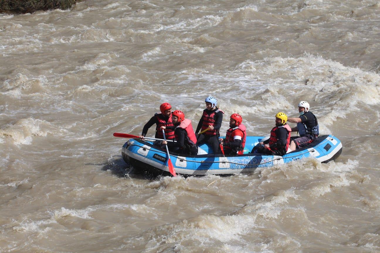 Gönüllü gençlerin rafting heyecanı